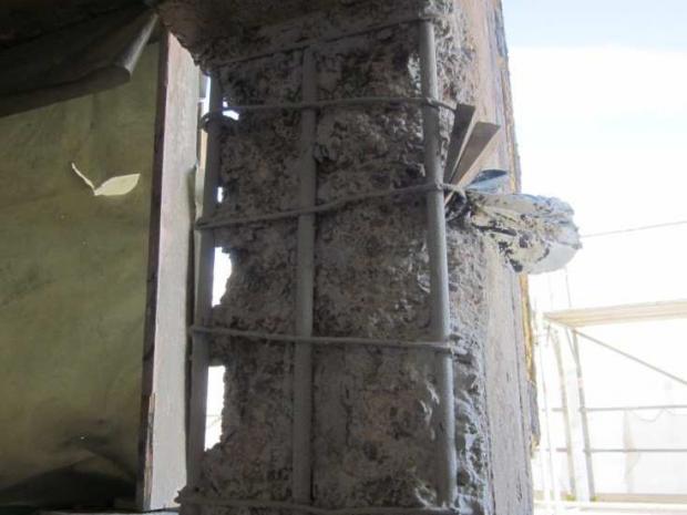 Fassadenstütze vor der Instandsetzung.