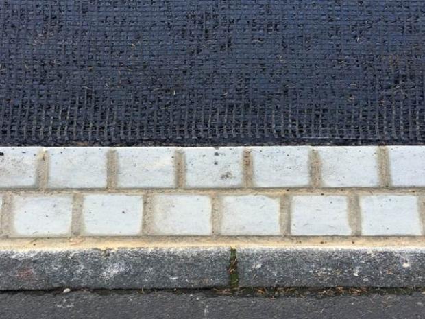Verlegen des Materials auf der gebrochenen Bitumenemulsion mit ca. 10 cm Randabstand